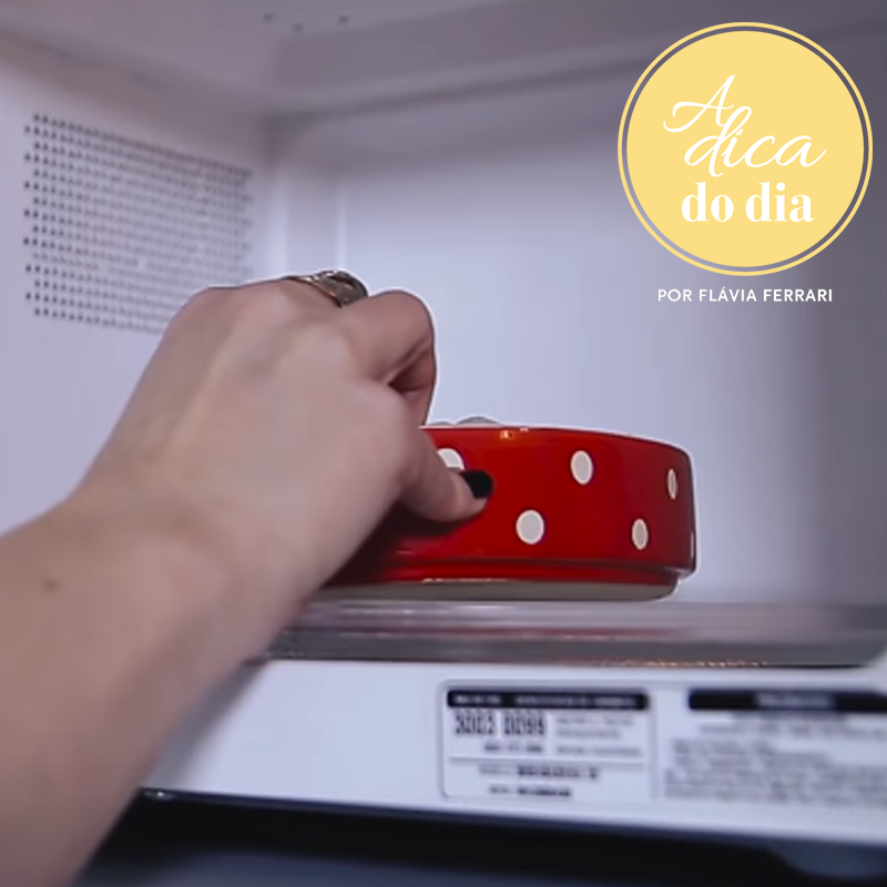 Colocando Alimento no microondas