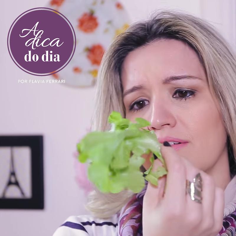 Mulher segurando folha de alface