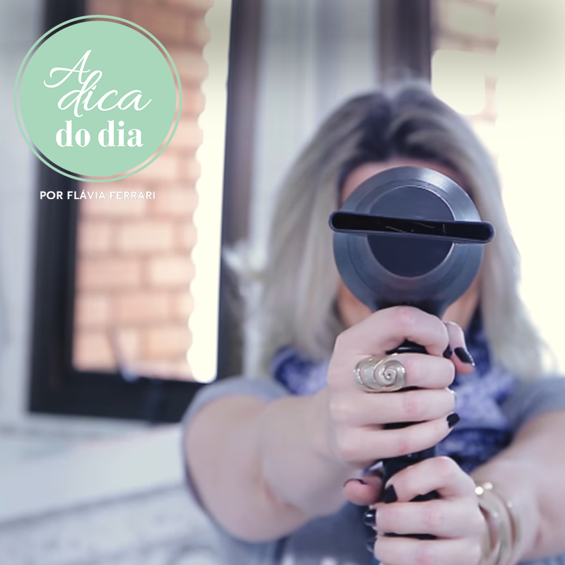 mulher segurando secador de cabelo