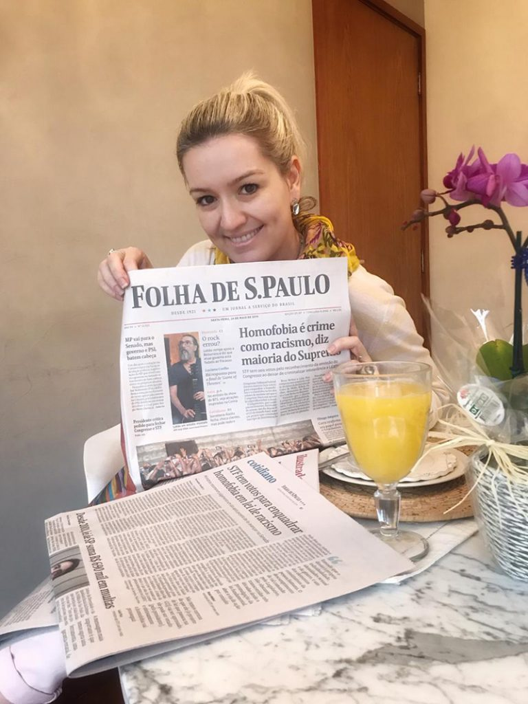 Foto da Flávia Ferrari segurando o jornal Folha de S.Paulo